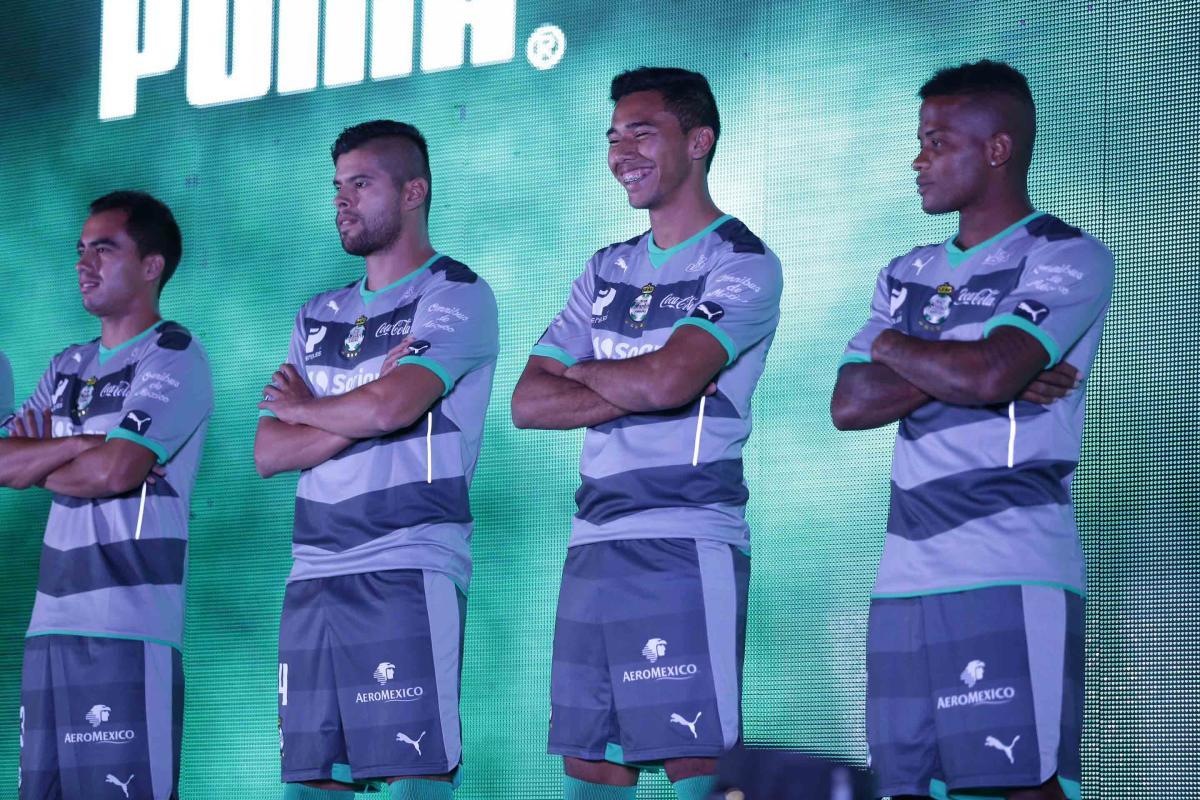 Así luce la playera de visitante de Santos Laguna - Foto   PRESSPORT ad1549e410b5c