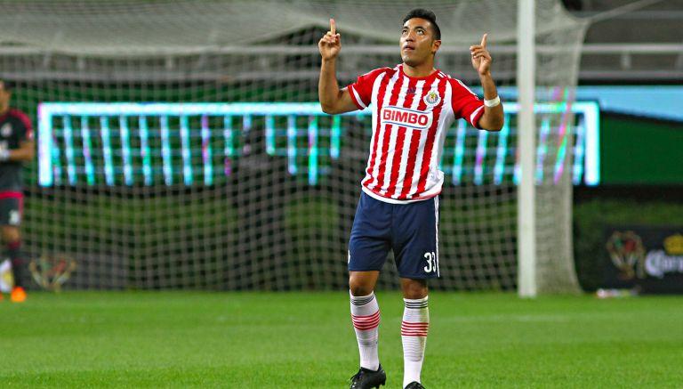 Marco Fabián celebra en un partido de Chivas