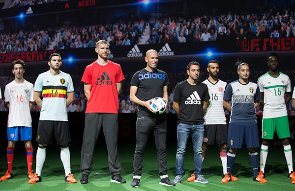 Zidane y algunos jugadores en la presentación 450ed71f6abe4