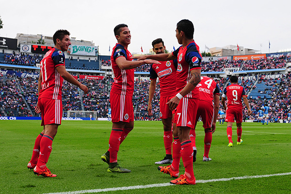 Orbelín festeja un gol con Salcedo