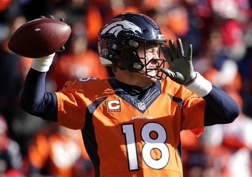 Peyton intenta un pase en un juego con Denver