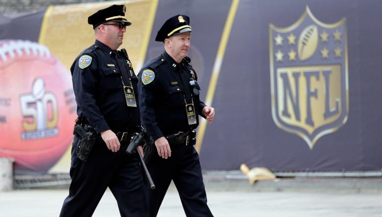 Thumbnail Policías caminando afuera del estadio
