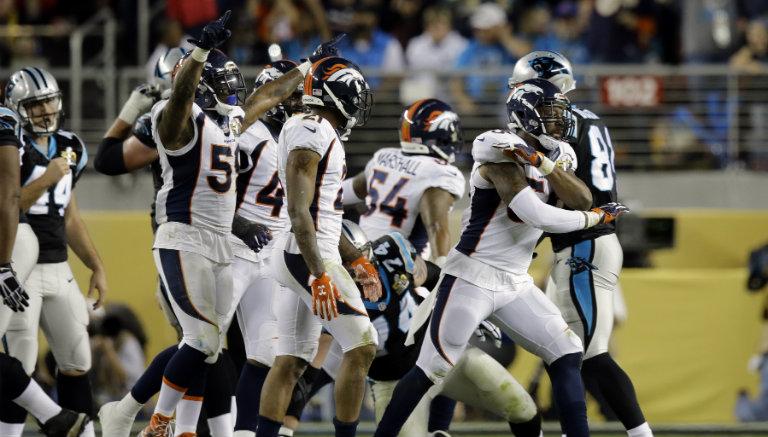 Thumbnail Jugadores de Broncos celebran tras un gol de campo