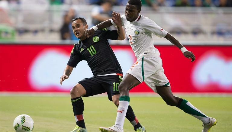 Thumbnail Luis Montes buscando el balón en el partido del Tri contra Senegal
