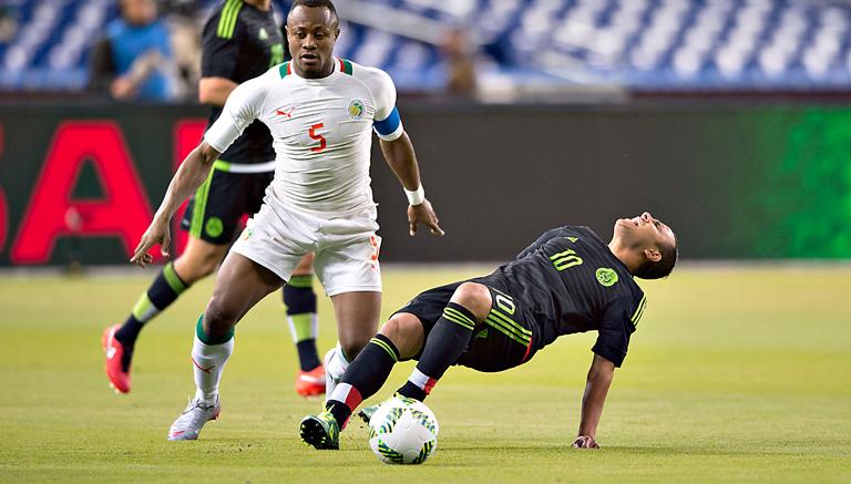 Luis Montes es derribado en el partido contra Senegal