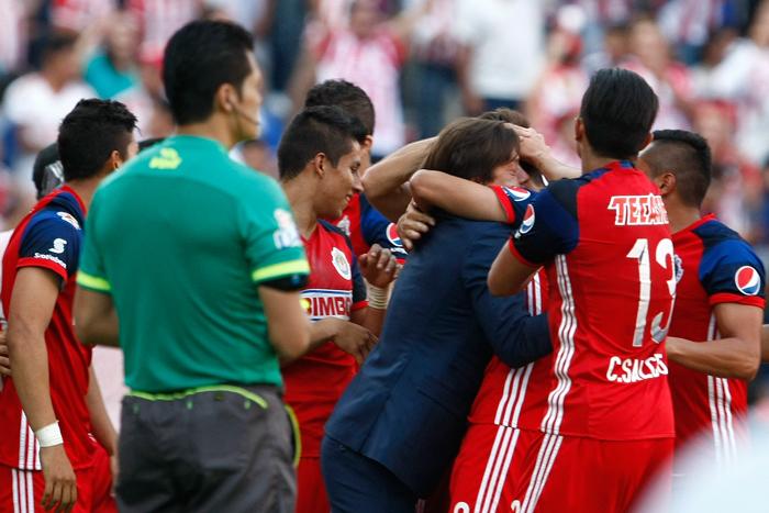 Almeyda celebra con sus jugadores una anotación