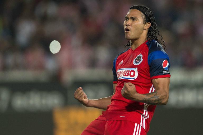 Carlos Peña celebra gol contra Pachuca