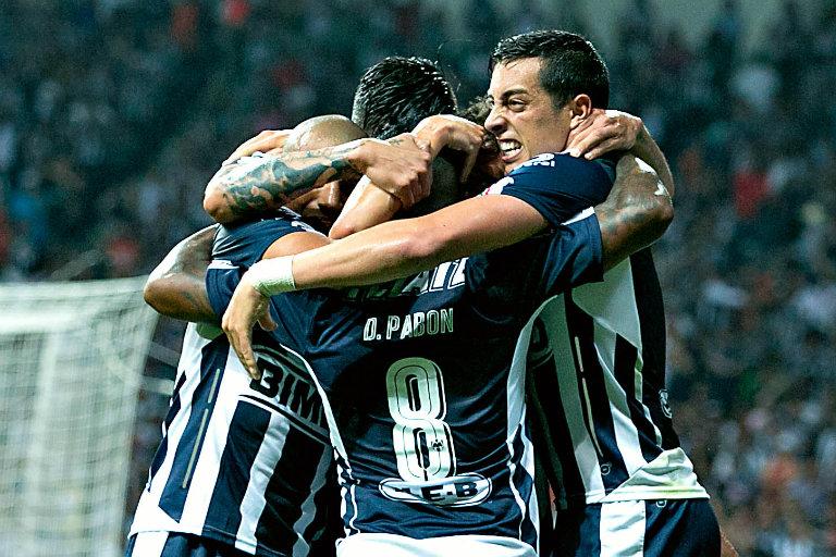 Jugadores de Monterrey celebran anotación contra Gallos