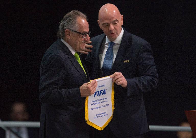 Decio de María e Infantino durante Congreso FIFA