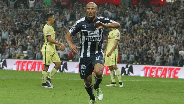 Carlos Sánchez celebra tras anotar al América