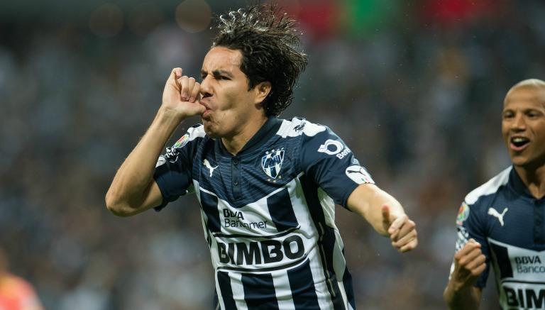 Efraín Juárez festejan un gol con la playera del Monterrey