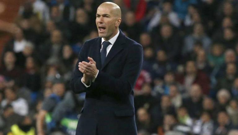 Thumbnail Zidane observa el encuentro desde la banquilla del Real Madrid