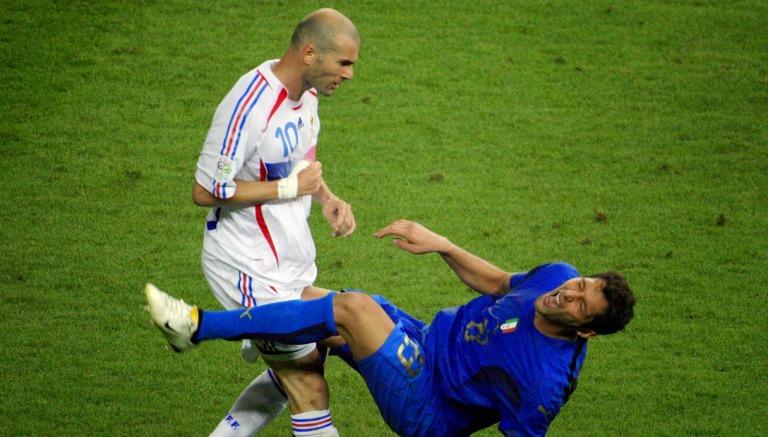 Zidane golpea a Materazzi con un cabezazo en el pecho durante la Final del Mundial 2006