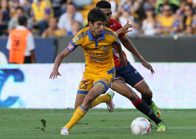 El mediocampista burla a un rival en un partido de Tigres