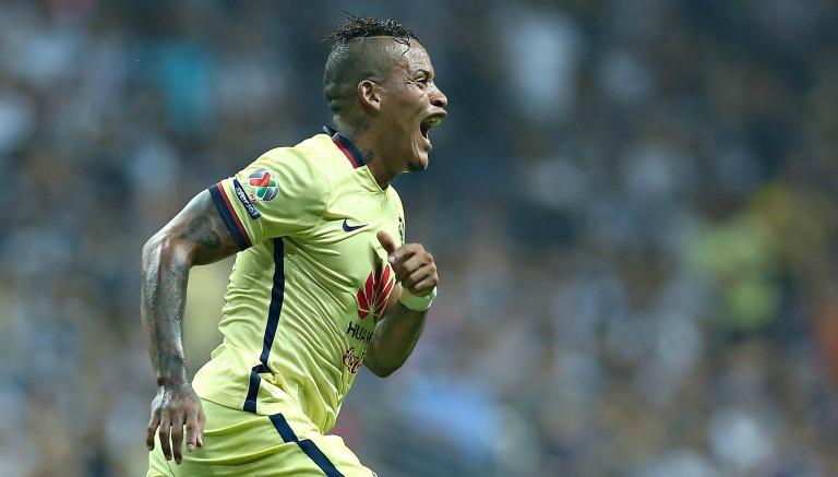 Michael Arroyo festeja un gol con América