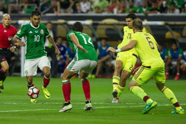 JM Corona conduce el balón antes de anotar el gol
