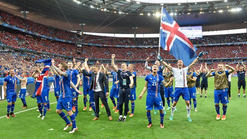 Jugadores de Islandia celebran su clasificación a Octavos de Final