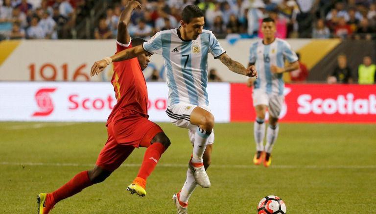 Thumbnail Di María disputa un balón en un partido con Argentina