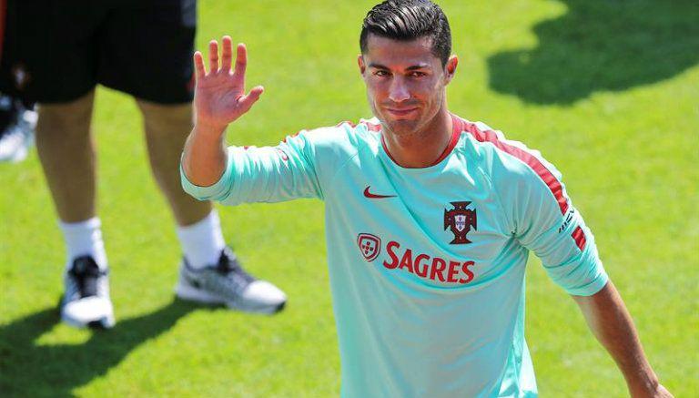 Thumbnail Cristiano saluda a la cámara en entrenamiento con Portugal