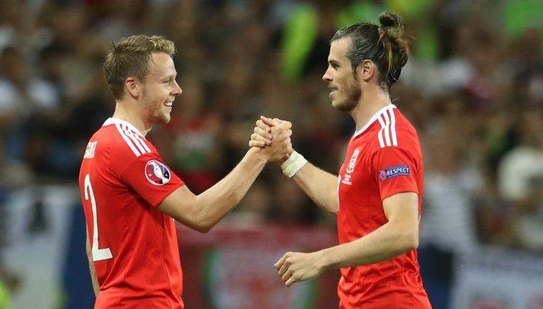 Thumbnail Bale y Gunter celebran tras un partido de Euro