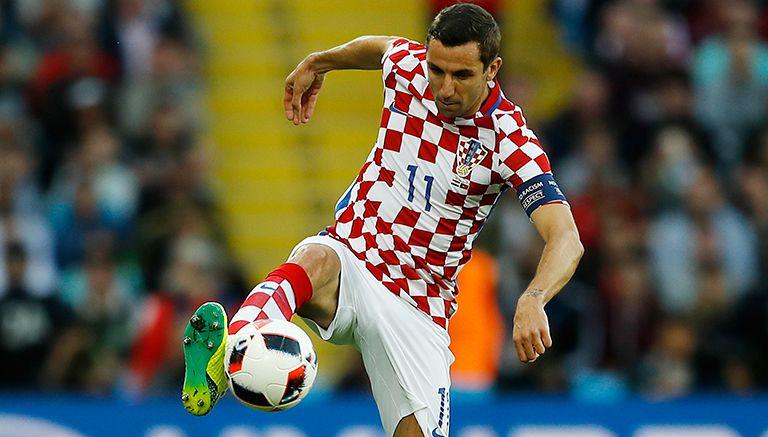 Srna controla un balón durante juego de Croacia