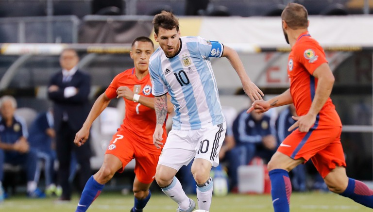 Thumbnail Lionel Messi conduce el balón durante la Final