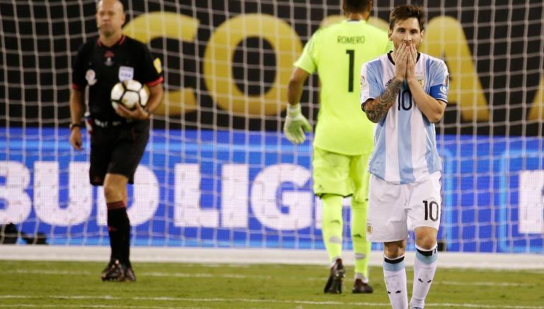 Thumbnail Lionel Messi, lamentando su falla desde los once pasos en CA
