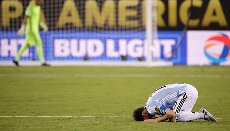 Thumbnail Messi se lamenta tras perder en penaltis contra Chile