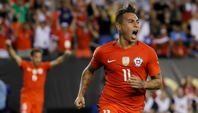 Eduardo Vargas festeja un gol con Chile en CA