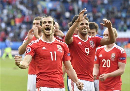 Bale y compañía celebran el boleto a Cuartos de la Euro