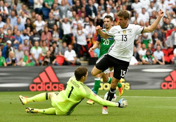 Thomas Müller durante una jugada en el partido frente a Irlanda Del Norte