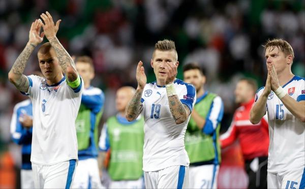 Los jugadores de Eslovaquia aplauden a su afición tras calificar a Octavos de Final