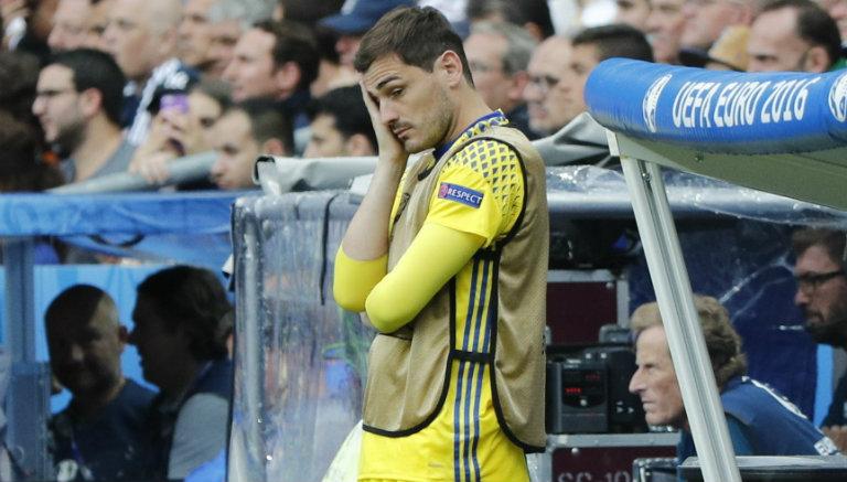 Iker Casillas se lamenta en la banca de España durante juego contra Italia