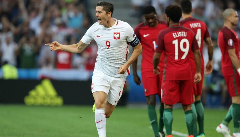 Thumbnail Lewandowski festeja tras marcar con Polonia