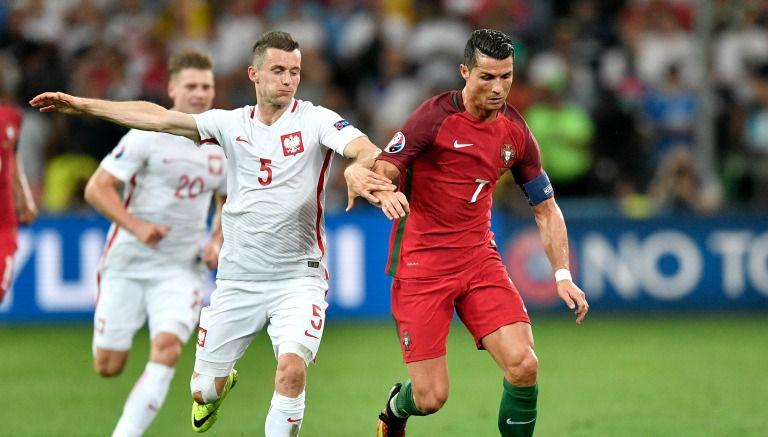 Thumbnail Cristiano Ronaldo conduce el balón ante la marca del polaco Mączyński
