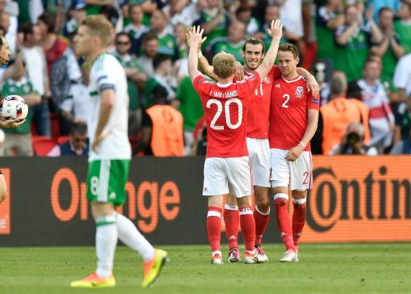 Gareth Bale y sus compañeros festejan una anotación de Gales