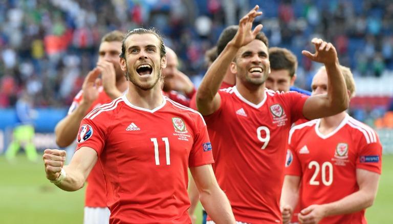 Gareth Bale festeja un gol con Gales