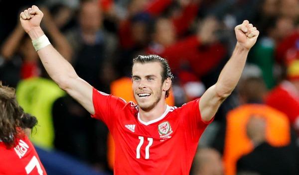 Gareth Bale alza los brazos tras el silbatazo final del juego contra Bélgica
