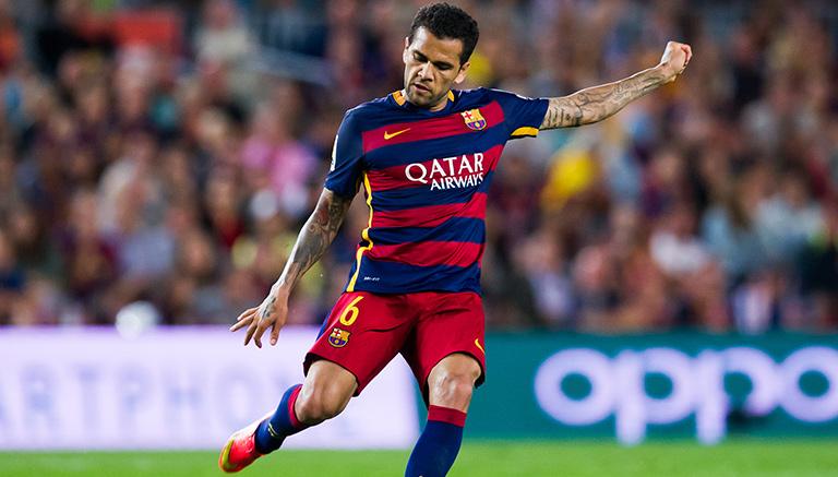 Alves toca balón en juego del Barcelona