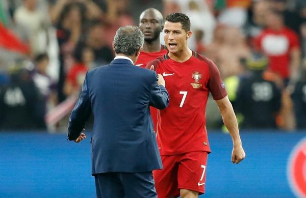 Cristiano Ronaldo se saluda con el entrenador de Portugal al término del juego contra Polonia