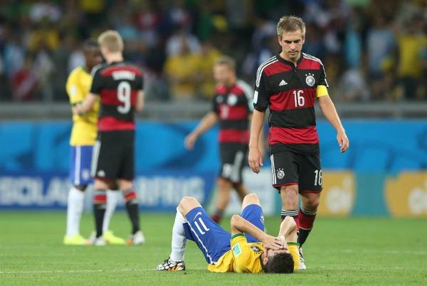 Philip Lahm acude a consolar a Oscar tras la goleada en el Mundial de Brasil 2014