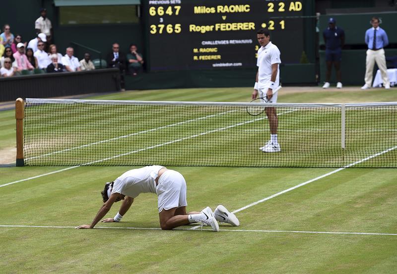 Federer resbala sobre césped natural de Wimbledon