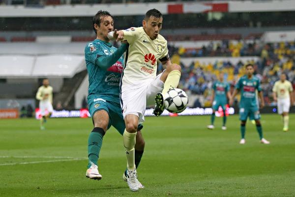 Rubens Sambueza disputa el balón en el duelo frente a Chiapas