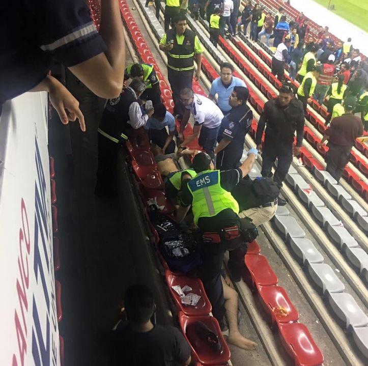 Los servicios de emergencia atienden a los jóvenes en el graderío del estadio