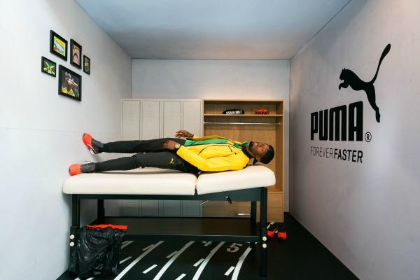 Bolt acostado en una cama en el cuarto de gravedad de Puma