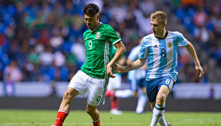 Oribe Peralta conduce el balón contra Argentina