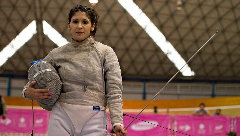 Thumbnail Paola Pliego durante una competencia de esgrima