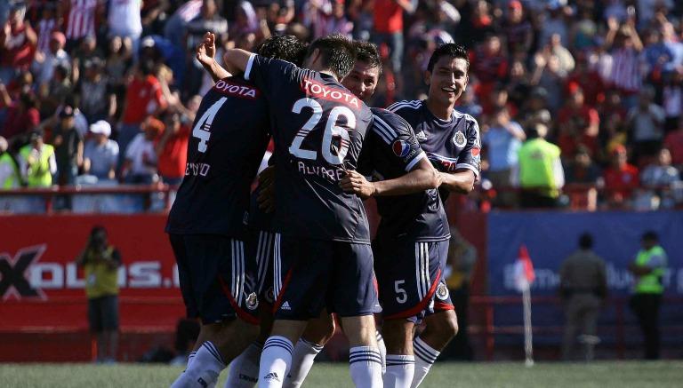 Jugadores de Chivas festejan el gol de Reynoso en 2011
