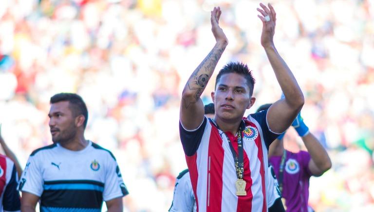 Carlos Salcedo celebra tras ganar con Chivas la Supercopa MX