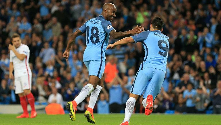 Jugadores de Manchester City festejan gol en Playoffs de Champions